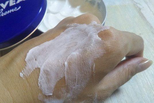 ニベア青缶のクリームの伸び